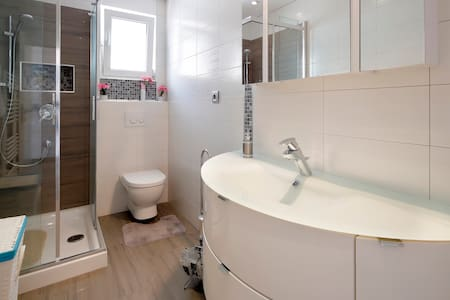 Ekstra plass rundt dusjen