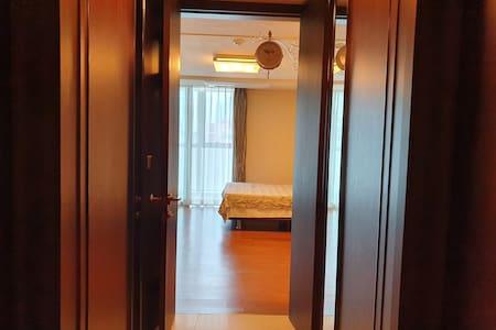 복도에서 침실로 들어가는 공간에 문턱이 없으며 너비가 81cm이상입니다.