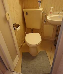 Korkeudeltaan liikuntaesteisille soveltuva wc-istuin