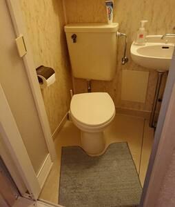 Lisätilaa wc-istuimen ympärillä