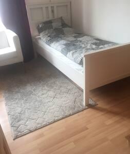 Tempat tidur dengan tinggi aksesibel