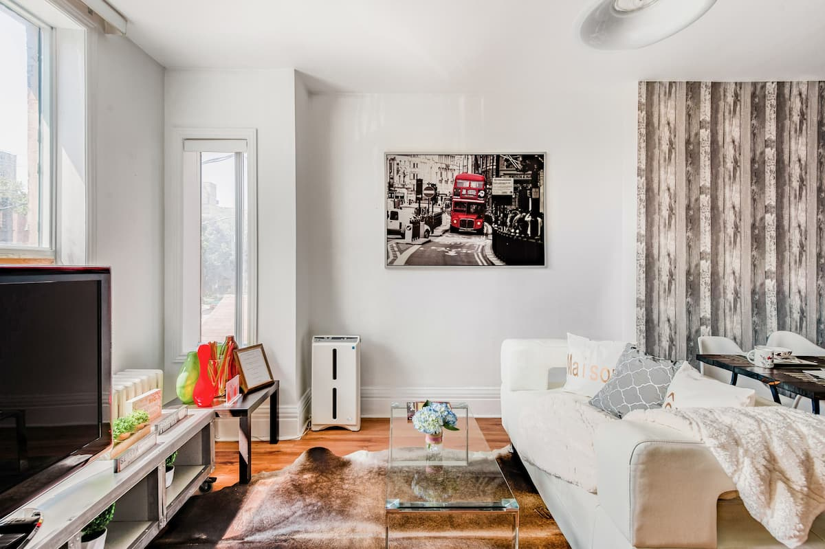 Chic Sunfilled Styled W/balcony Luxury City Suites Downtown