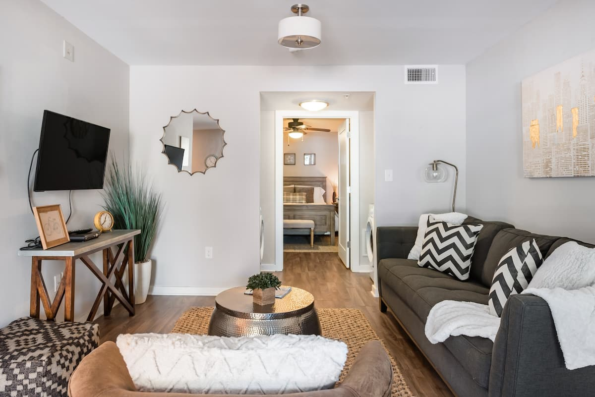 Luxury Boutique Apartment Three Miles to Downtown