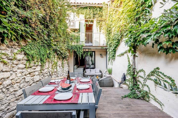Intra Muros, Maison chaleureuse avec Patio Privé et Jacuzzi, primée pour sa déco