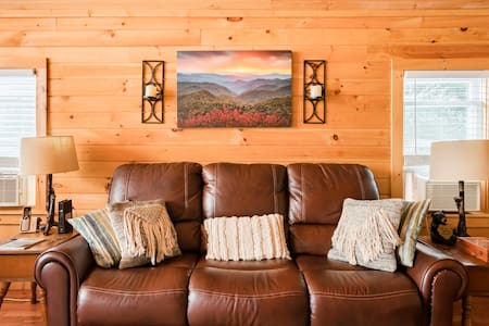 Romantic Chalet With Hot Tub Close to Roan Mountain