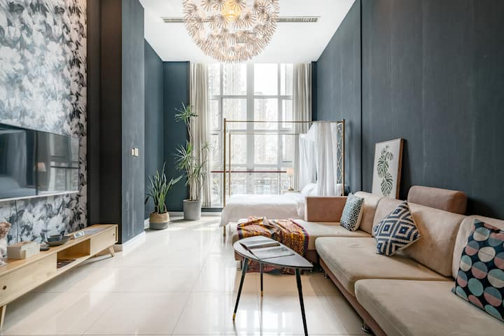 轻奢沉稳的复式公寓,将都市夜景饱览无遗。后现代北欧