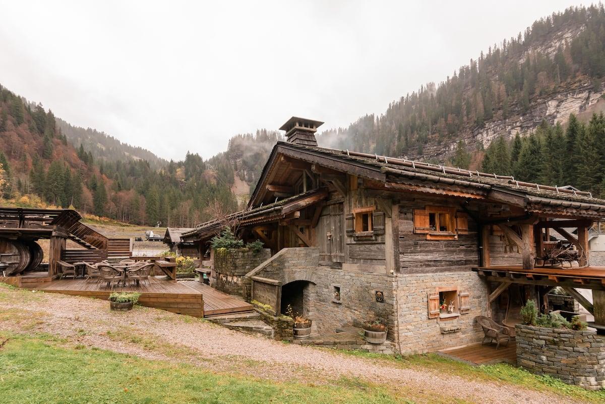 Grange à Germaine - Wooden Alpine Chalet with Deck, Hot Tub & Sauna I Ski-in