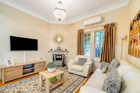 100 Metres to the Beach from Spacious Coogee Apartment
