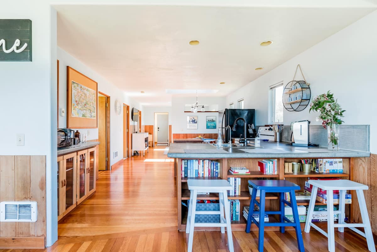 Bayview Cottage - Charming Waterfront Cottage With a View