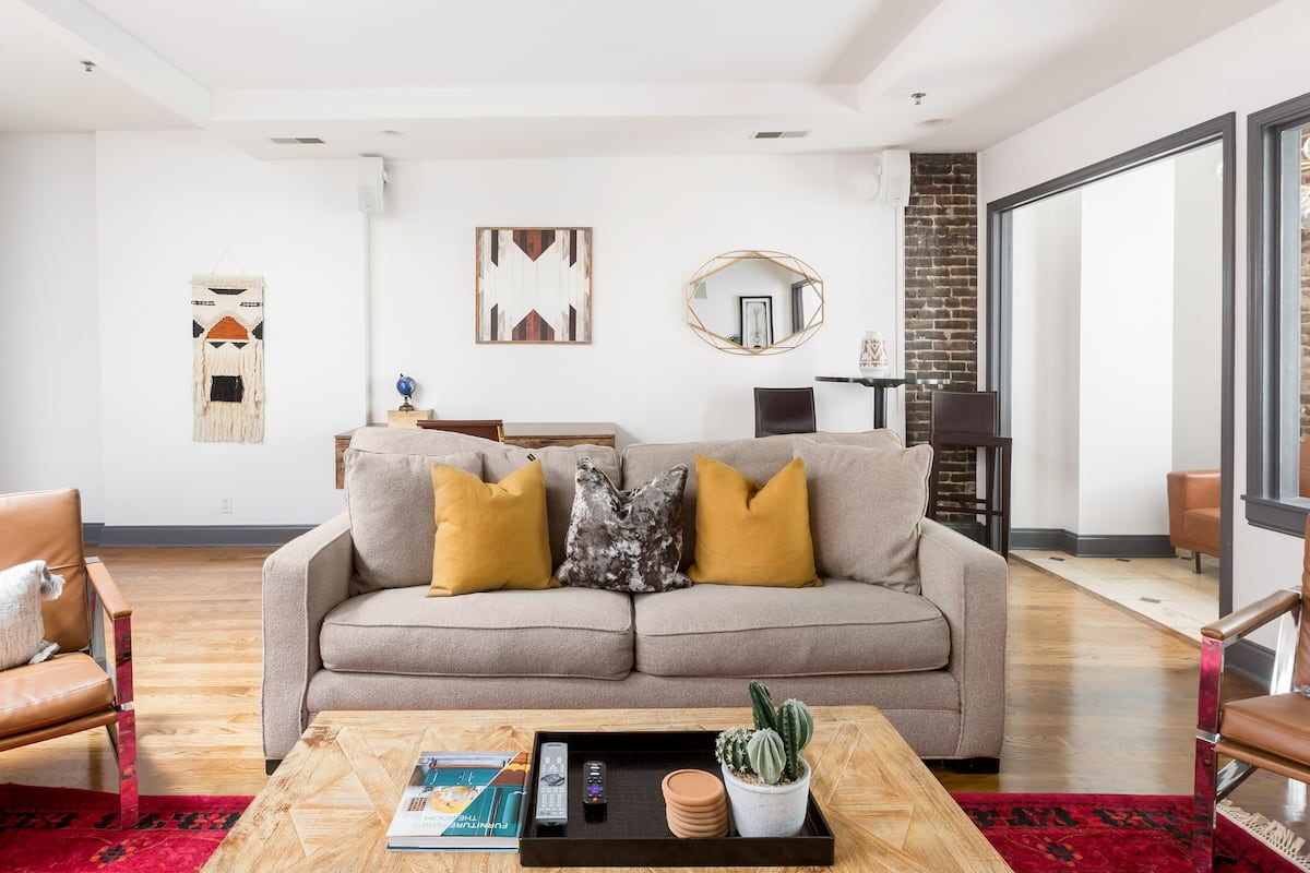 Spacious Penthouse with Skylights ON the Broadway Strip