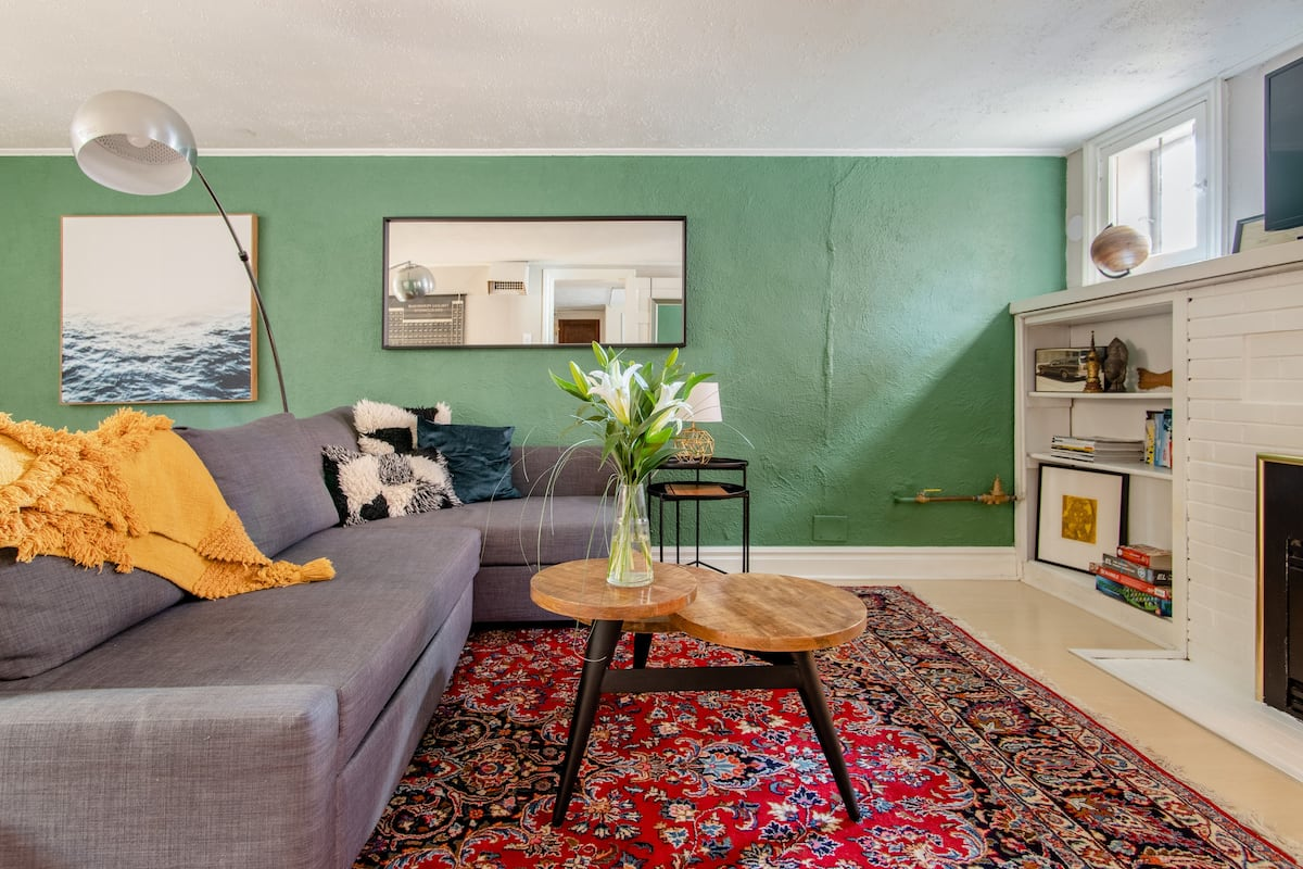 🌟 Fabulous and Spacious Garden Unit in Central Denver