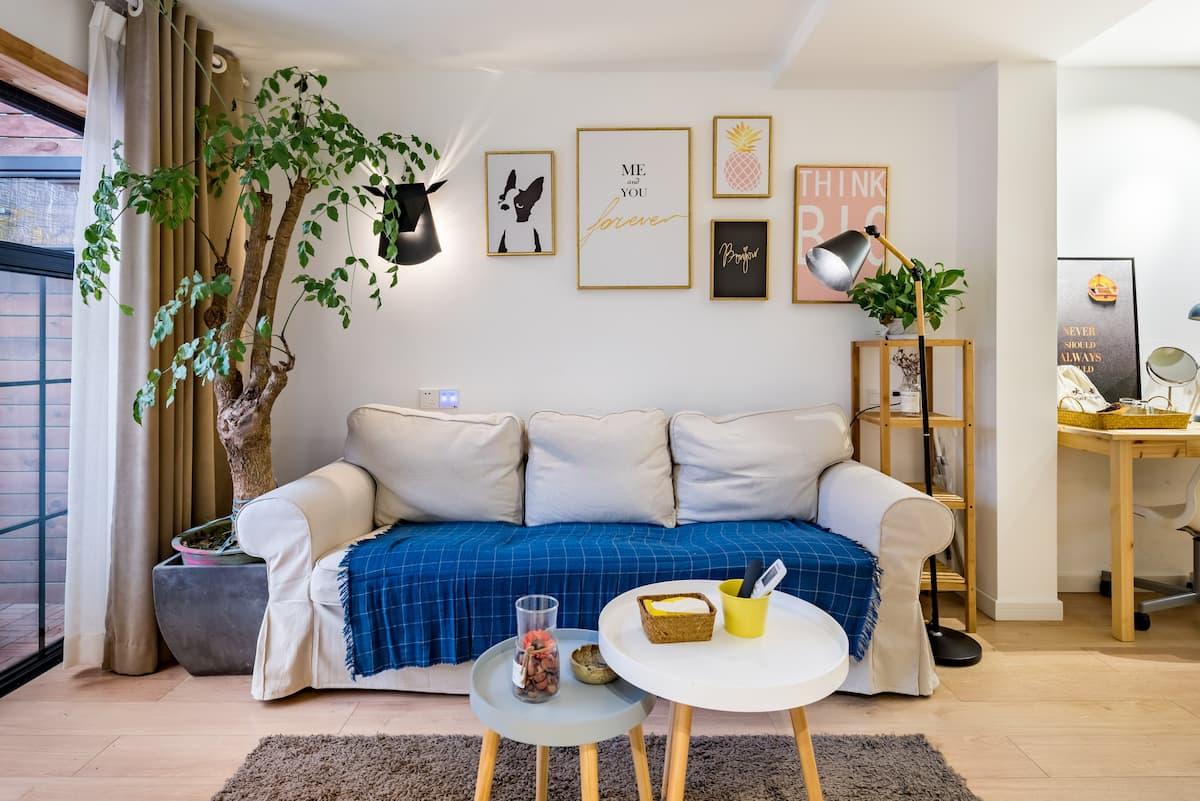 入住坐落于解放碑商圈的公寓,来享受在庭院里泡澡的体验