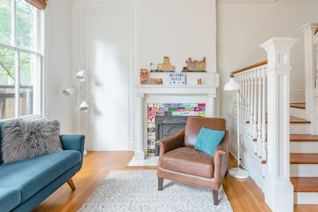 Bright, Beautiful Apartment in Excellent Uptown Location