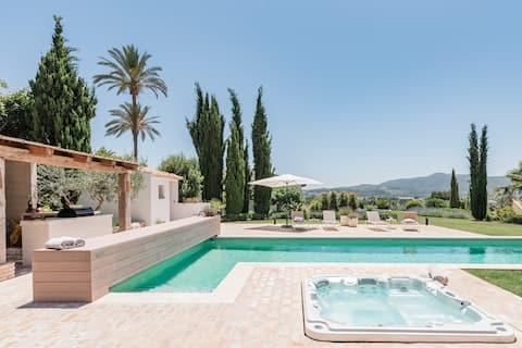 Mærk Ibiza-stemningen i Casa Pilar med smuk udsigt, pool og jacuzzi