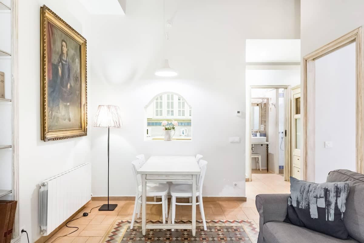 Cozy, Romantic Apartment in Trendy Old World Gràcia