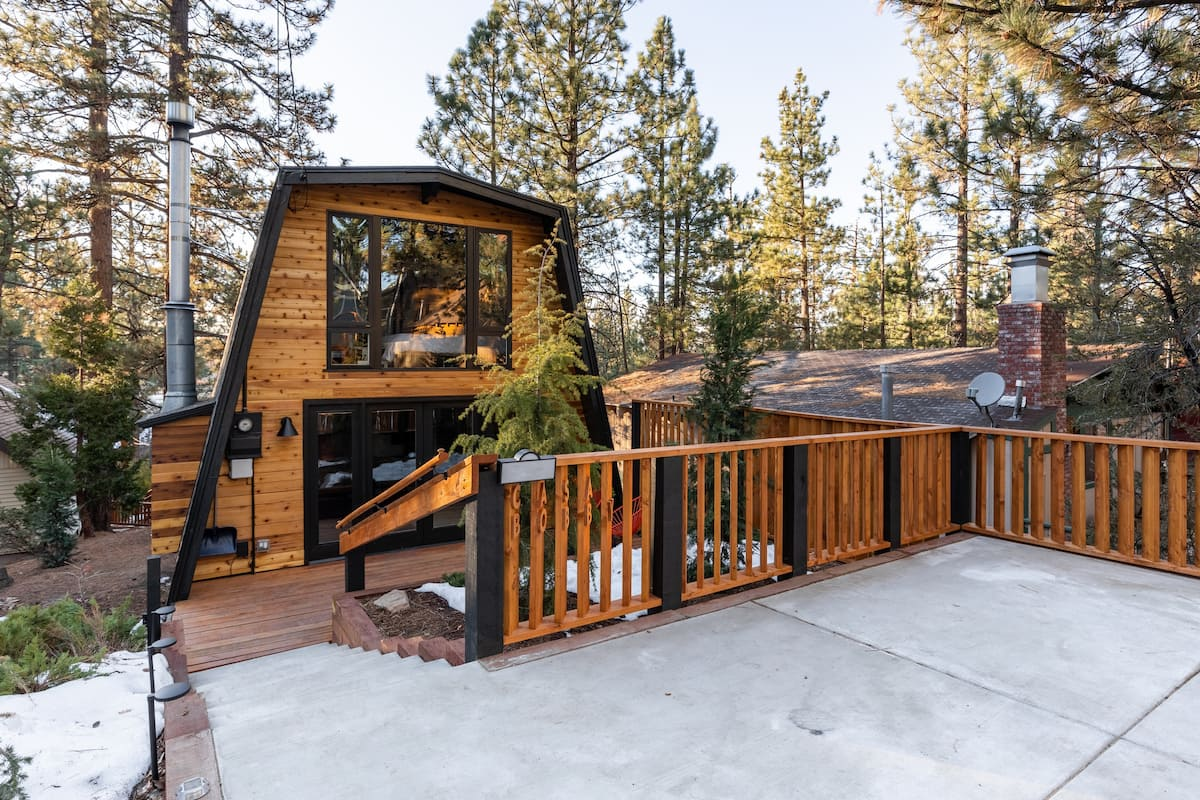 Mountain Cabin Decked Out with Modern Amenities