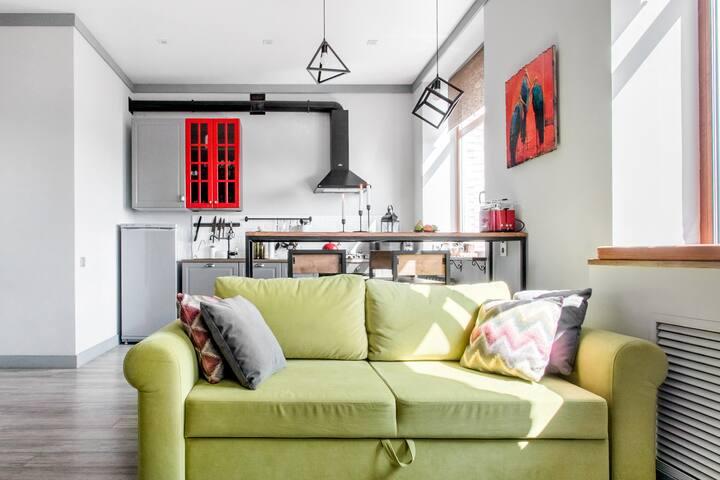 Эмоциональная квартира-лофт с камином и креслом-коконом.