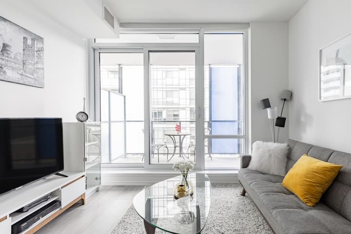 Savor the Minimal Serenity at a Sun-Soaked Urban Abode