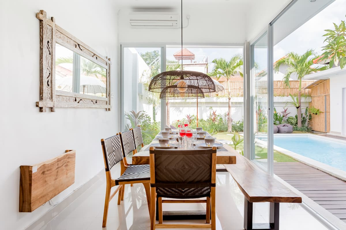 Stylish Modern AC Villa Close to Berawa Beach Private Pool.