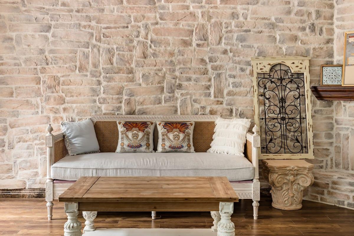 带白色玻璃房的法式复古三层别墅