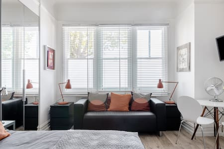 Stroll to Kew Gardens From Roomy Studio Apartment