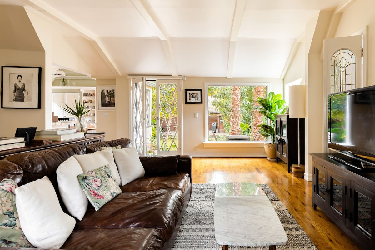 Storybook Cottage, Quiet Neighborhood / Yard, Deck & Hammock