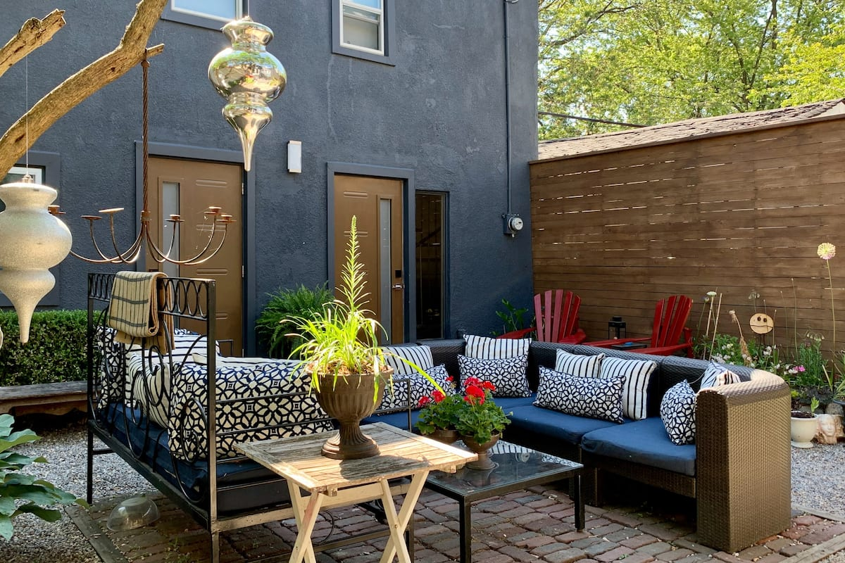Stunning Guesthouse Oasis & Summer Garden in Downtown Core