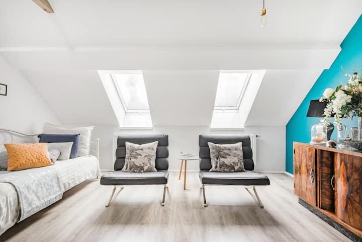 Sunny Refurbished Loft With a 1930s Vibe Near Tivoli Park