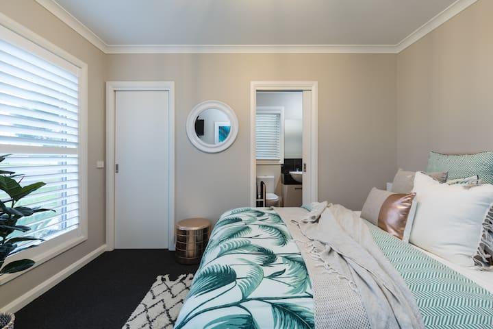 Master bedroom, Walk in robe, en-suite, TV