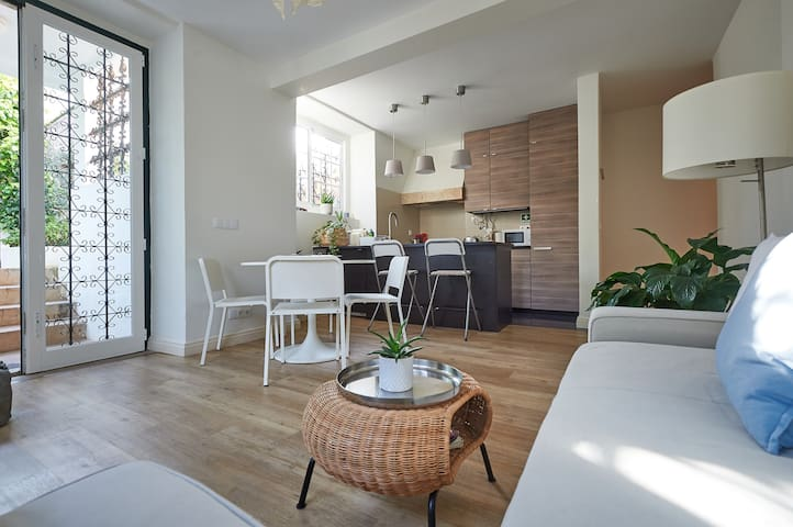 Central Cascais Luxury 3 bedroom with garden!