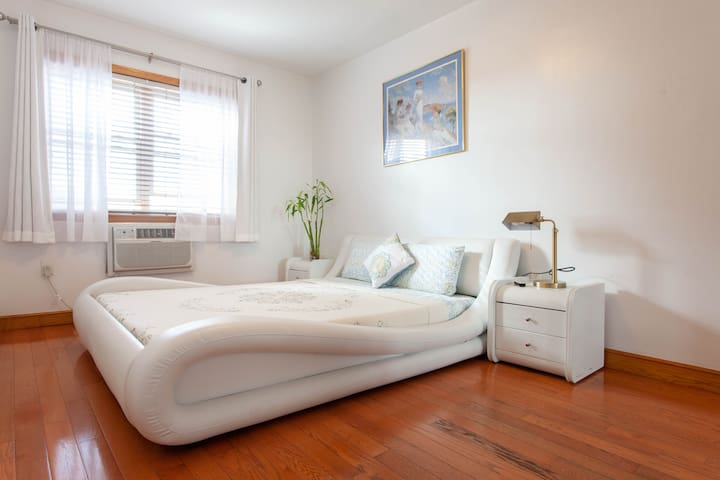 Hidden gem 2BR in Queens-rooftop balcony&skylight