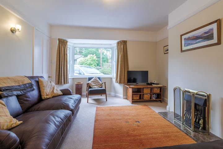 Comfortable 2 bed house with garden and parking