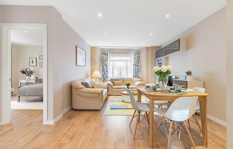 2BR stylish flat: quiet area, good transport links