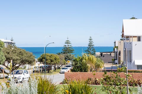 Best location in Cottesloe★quiet★200 mtrs to beach