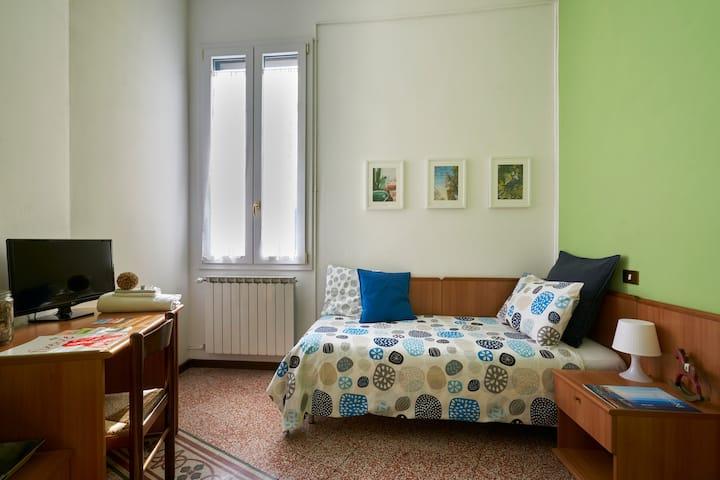 Room with private bath, near Parco delle Cascine