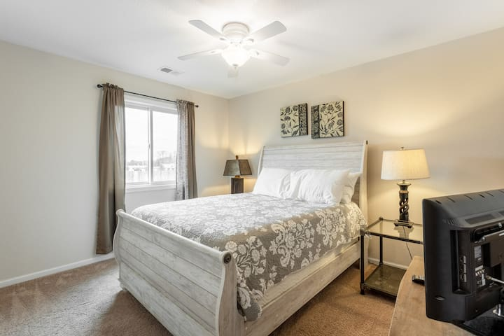 King Bed ❤️ Garage ❤️ Close to I-70 & 435 Hwy!  XX