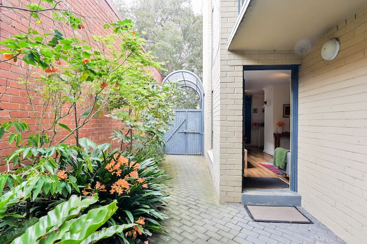 Cute one bedroom apartment in leafy North Fitzroy