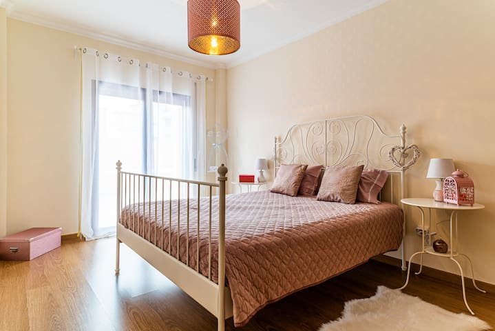 Quarto com suite muito elegante e simples