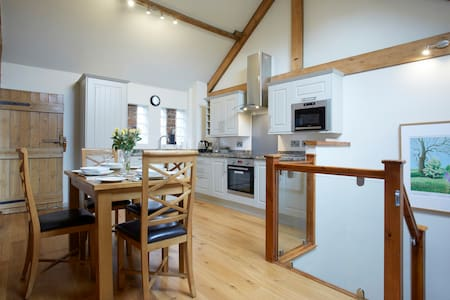 Pear Tree Barn, York 5m, Village Location