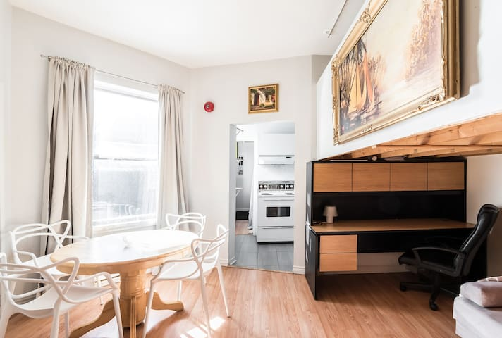 Downtown MTL 1 bedroom apartment + PARKING