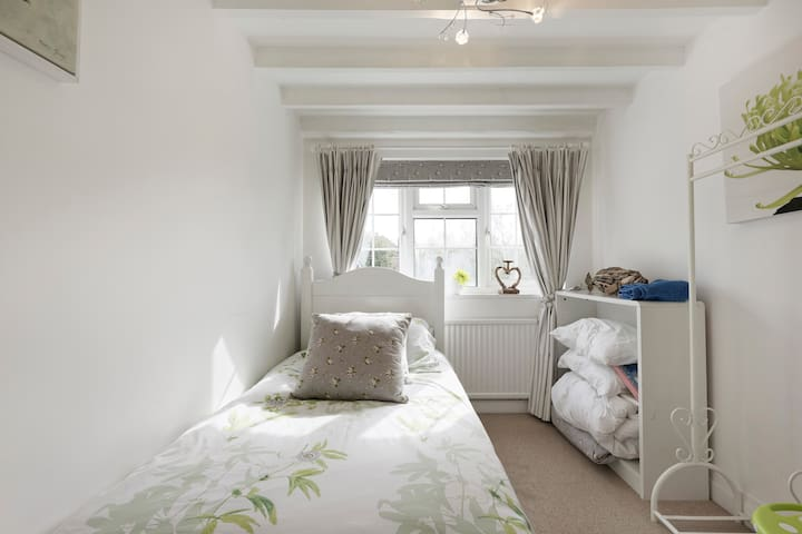 Bedroom 3 -  middle floor - single bed with pullout trundle
