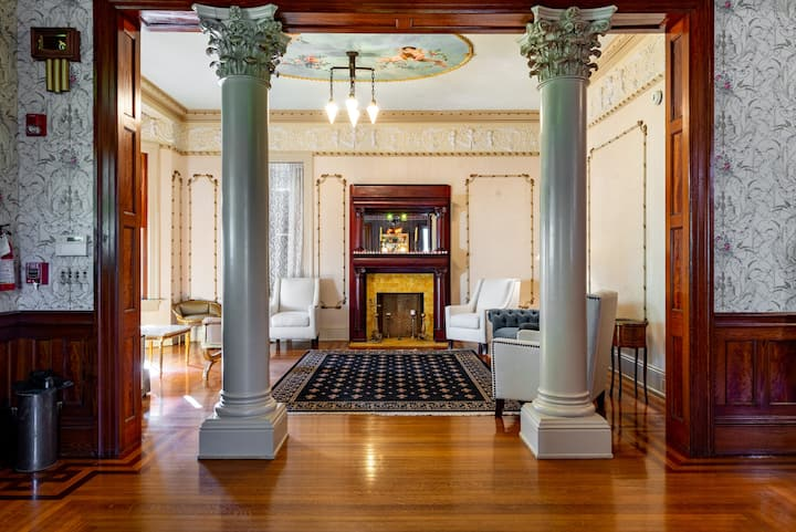 Grand Manor Luxury Suites- Vanilla Orchid Room