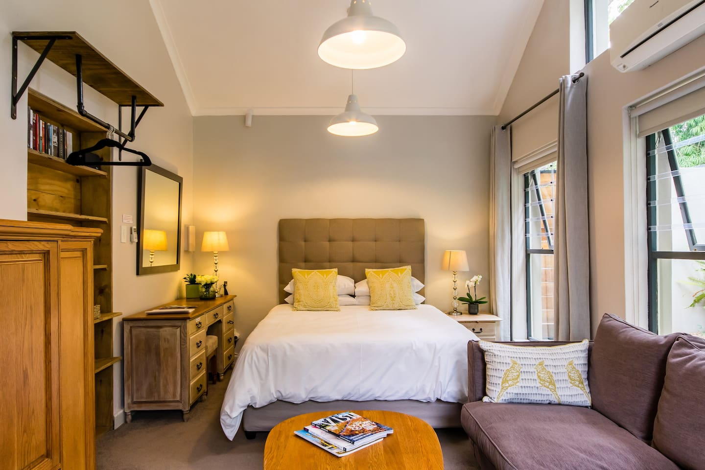 Die Buitekamer is a tranquil, warm and welcoming studio apartment perfect for guests wanting to relax, unwind and explore the wine region. Set in a picturesque suburb central to the Stellenbosch winelands. We are just 3km from the centre of town.