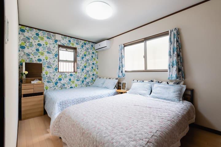 Room A : 2 double beds(1st floor)+closet