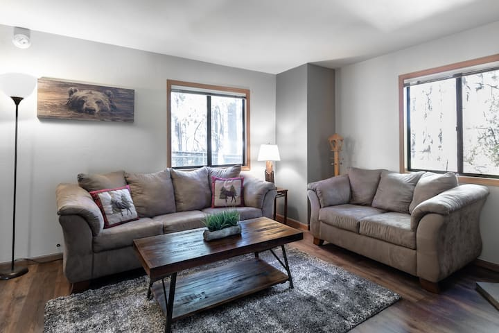 Whole Cabin, Spa 3 min from lifts, lake & village!