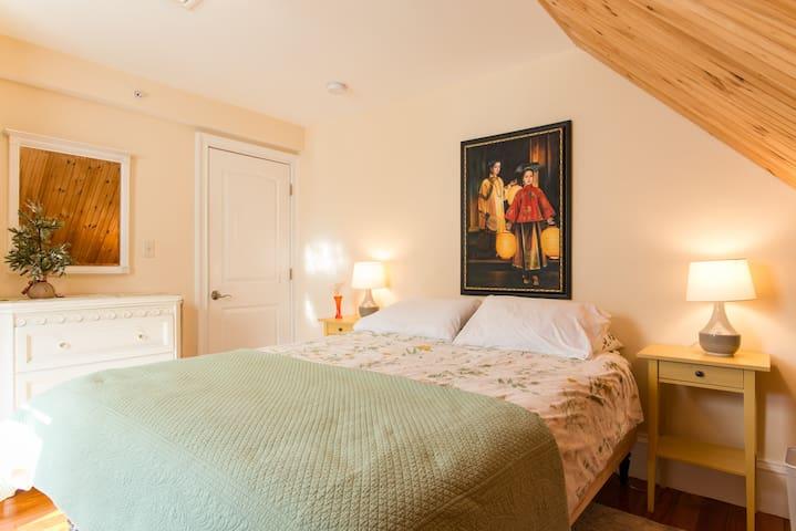 2nd bedroom.....Queen bed