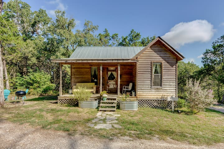 Dilly Dally Cabin - rustic retreat with hot tub