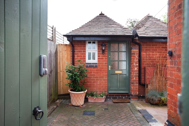 Quiet detached guest house in Clarendon Park.