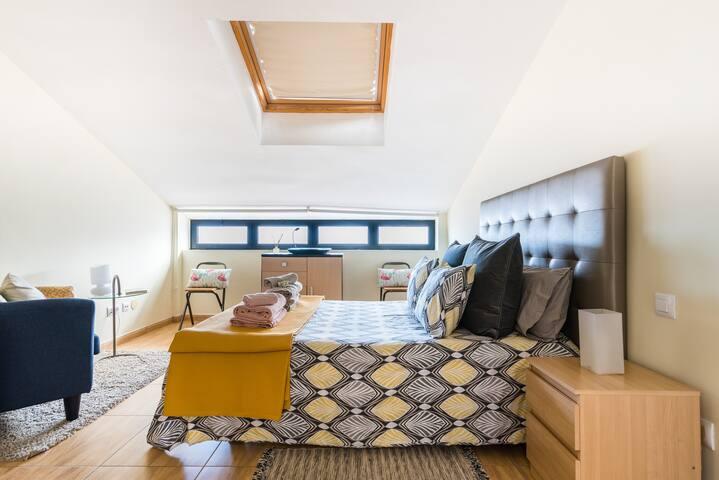 Amplio y coqueto dormitorio abuhardillado. Spacious and cozy attic bedroom.