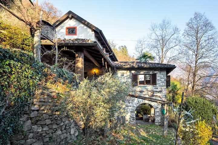 Nähe Verscio: Tessinerhaus mit Garten
